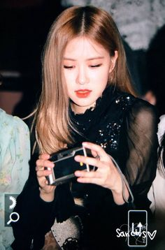 Your source of news on YG's biggest girl group, BLACKPINK! Please do not edit or remove the logo of any fantakens posted here. Kim Jennie, Yg Entertainment, South Korean Girls, Korean Girl Groups, Young Park, Black Pink, Rose Icon, Rose Park, Kim Jisoo
