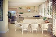 Uma bela residência no alto, rodeada pelo verde e com uma surpreendente vista para o mar, neste cenário que a Bontempo Balneário Camboriu projetou esta fabulosa cozinha!