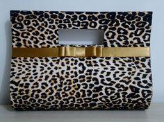 Bolsa em cartonagem forrada com tecido 100% algodão, alça e fechamento com botão magnético.