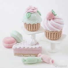 Not a pattern, but good pic for inspiration! Crochet Cake, Crochet Food, Crochet Gifts, Cute Crochet, Crochet Dolls, Knit Crochet, Octopus Crochet Pattern, Crochet Patterns, Knitting Patterns