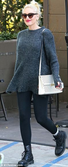 Gwen Stefani in studded Doc Martens Gwen Stefani Mode, Gwen Stefani And Blake, Gwen Stefani Style, Dr Martens Outfit, Pregnant Outfit, Pregnant Tips, Pregnant Clothes, Baggy Jumpers, Martens Style