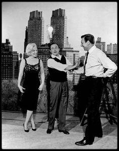 """1960 / Sur le tournage du film """"Let's make love"""", Marilyn est entourée de Gene KELLY et d'Yves MONTAND ; en effet, l'acteur-danseur Gene KELLY fait une apparition dans le film de CUKOR, jouant son propre rôle, tout comme Milton BERLE ou encore Bing CROSBY."""
