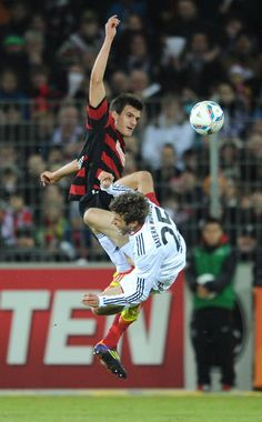 Freiburg's Ivan Santini, left, and Bayern's Thomas Mueller challenge for the ball during the German first division Bundesliga soccer match between SC Freiburg and Bayern Munich in Freiburg, Germany, Saturday, Feb. 18, 2012. (AP Photo/dapd, Michael Kienzler)
