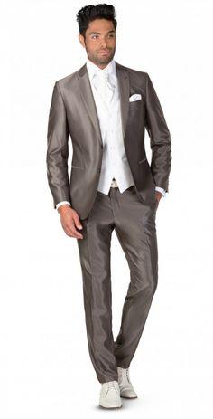 3-DELIG PAK Italiaans gesneden pak, 3-delig uitgevoerd met gilet van hetzelfde materiaal als het kostuum. Verkrijgbaar in diverse kleuren. Het pak is...