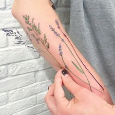 Wrist Tattoos for All Women, Stylish And Beauty Tattoos For Ladies Wrists. wrist tattoos for women; wrist tattoos for girls; wrist tattoos for couples; wrist tattoos for moms; wrist tattoos for ladies; wrist tattoos for sisters; wrist tattoos for females Soft Tattoo, Tattoo L, Body Art Tattoos, Cool Tattoos, Wrist Tattoos, Stencils Tatuagem, Tattoo Stencils, Natur Tattoos, Sailor Jerry Tattoos