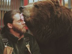 Get a grizzly bear kiss. Lost In America, Brown Bear, Spirit Animal, Beautiful Creatures, Animal Kingdom, Lions, Make Me Smile, Cute Animals, Wild Animals