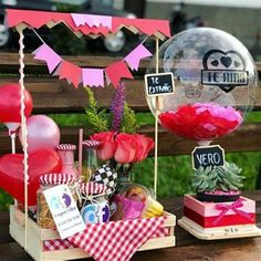 Craft Gifts, Diy Gifts, Birthday Hampers, Ideas Aniversario, Baby Gift Hampers, Bubble Balloons, Diy Gift Box, Balloon Bouquet, Candy Gifts
