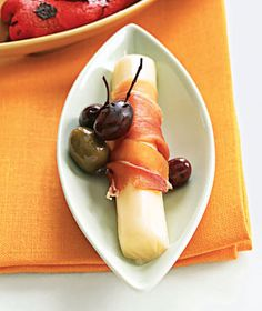 Prosciutto and Mozzarella.Roll a thin slice of prosciutto or ham around a part-skim mozzarella string cheese. Eat with a few olives and grapes, or add roasted bell peppers (from a jar) drizzled with balsamic vinegar.