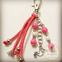 bautismo comunión llaveros souvenir excelente calidad Key Pendant, Pendant Jewelry, Beaded Purses, Beaded Bracelets, Diy Bag Charm, Beaded Jewelry Designs, Cute Charms, Diy Rings, Jewelry Crafts