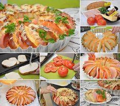Pão fatiado recheado com frios e tomate no forno
