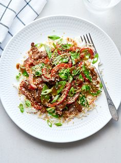 This tasty stir-fry is the perfect quick and easy dinner option for busy weeknights; it's ready in under 30 minutes! Meat Recipes, Asian Recipes, Ethnic Recipes, Sesame Beef, Ricardo Recipe, Chicken And Butternut Squash, Rice Vermicelli, Beef Bourguignon, Toasted Sesame Seeds