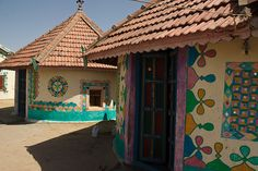 Beautiful Rabari House Rural Kutch region, Gujarat - Colorful bhoonga homes and intricate embroidery in this Indian state Mud House, Farm House, Different Types Of Houses, India House, Indian Living Rooms, Rural India, Unusual Homes, Outdoor Paint, Indian Home Decor
