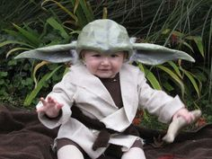Yoda Costume for Baby. hat looks too difficult but I like the socks-as-shoes and brown leggings, plus easy tan robe Baby Yoda Costume, Baby Costumes, Cool Costumes, Costume Ideas, Group Costumes, Halloween Costumes To Make, Halloween Kids, Infant Halloween, Halloween 2016