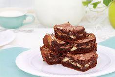 Nagyon csokis, márványos brownie sajtkrémmel megbolondítva: így még finomabb - Recept   Femina Cheesecake Brownies, Muffin, Food, Essen, Muffins, Meals, Cupcakes, Yemek, Eten