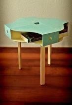 Tolle Ikea Möbel Verwandlung. Mache einen schönen Tisch aus einem Hocker und Holz Ordnern.