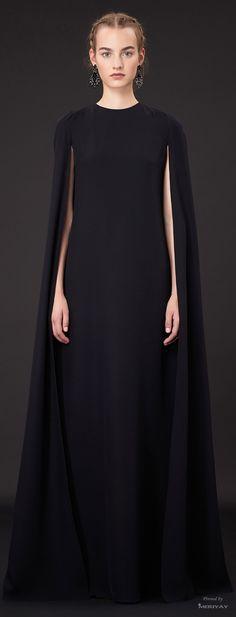 Magnifique cape de chez Valentino, look au premier abord classique mais sophistiqué grâce à la coupe de cheveux structurée, les accessoires recherchés et la mise en beauté nude mais trava