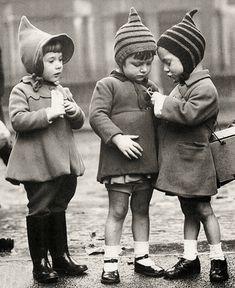 Evacuee children, London, ca.1940 (Their little hats, omg!)