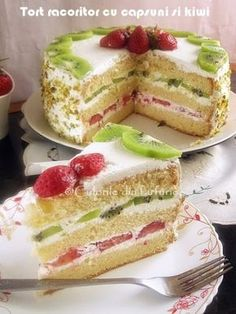 Cake with strawberries and kiwi ~ Strawberry Cake Recipes, Fruit Recipes, Dessert Recipes, Kiwi Cake, Different Cakes, Food Obsession, Sweet Pastries, Vegan Kitchen, Sweet Tarts