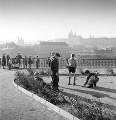 FERDINAND BUČINA (1909-1994) Praha 1950s  Kuličky, Alšovo nábřeží, kluci hrají kuličky, 50. léta 20. stol.