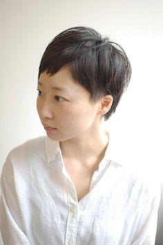 こんにちは。MIKAKOです本日は【大人可愛いベリーショート】をご紹介させていただきます。サイドは刈上げツーブロックにしました。上からかぶさるように少し長さを残しております。黒髪なので重い印象にならない様に段をしっかりめに入れ軽い印象に・・