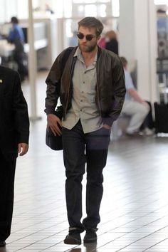 83cd981bfca74 Robert Pattinson  airport  celebrity  style  fashion  actor  travel  looks