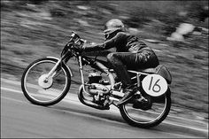 The first woman to race at the TT. Motorcycle Racers, Racing Motorcycles, Vintage Motorcycles, Porsche 904, 50cc, Moto Style, Classic Bikes, Road Racing, Custom Bikes