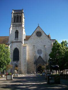 La cathédrale Saint-Caprais d'Agen est une cathédrale catholique française, situé à Agen dans le département du Lot-et-Garonne. Édifiée au xiie siècle, elle est le siège du diocèse d'Agen.