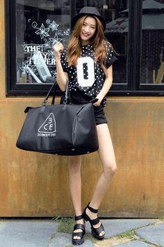 Today's Hot Pick :3 CONCEPT EYES 波士頓包 http://fashionstylep.com/SFSELFAA0015853/stylenandatw/out 3 CONCEPT EYES 波士頓大包  - 簡潔黑色大包包,休閒時尚。  - 精緻的白色刺繡,搶眼個性。 時尚的大版波士頓包包,休閒出遊一定要有的一款。