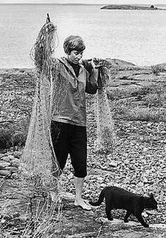 Tove Jansson – author and illustrator of the Moomin books – gone fishing (black cat). Tove Jansson, Hans Christian, Helsinki, Art Magique, Summer Books, Cat People, Book Authors, I Love Cats, Illustrators