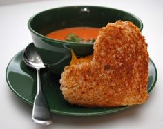 Warm and comforting.how better does it get than this tomato soup and heart-shaped grilled cheese sandwich lunch for delivering a Valentine's Day message of love. Perfect for kids. Valentines Day Dinner, Valentines Day Treats, Valentine Recipes, Romantic Meals, Romantic Recipes, Romantic Food, Boite A Lunch, Soup And Sandwich, Grilled Sandwich
