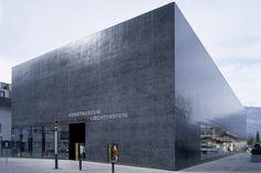 Das Architektenteam Meinrad Morger und Heinrich Degelo mit Christian Kerez hat mit dem Kunstmuseum Liechtenstein eine Architektur hoher Komplexität und diskreter Einfachheit geschaffen. Der geschlossene Baukörper ist eine Black Box aus schwarz eingefärbtem Zement und schwarzem Basaltstein.