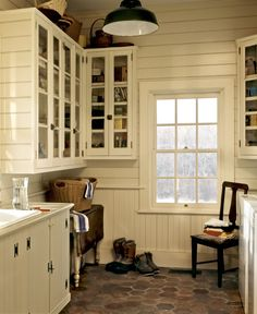 The Best Benjamin Moore Paint Colors. This website lists Benjamin Moore colors with pictures of rooms painted in it. This one is Navajo White Rustic Laundry Rooms, Farmhouse Laundry Room, Laundry Room Design, Farmhouse Style, Country Style, Cottage Style, Basement Laundry, Modern Country, Farmhouse Design