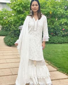 With Eid around the corner, take inspiration from Hina Khan' sartorial choice to amp up a basic suit in style ❤️ . Kimono Fashion, Ethnic Fashion, Fashion Outfits, Printed Kurti Designs, Heena Khan, Kurti Sleeves Design, Sharara Suit, White Suits, College Fashion