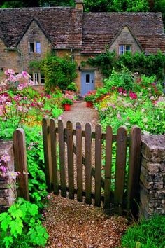 England, Bibury Fence    Country Garden - thought is to do a fence like this (similar to the one at the back of our house ... yes it's not a privacy fence but we're not doing a swimming pool so I think it could be a possibility ... plus it would show off our beautiful yard ... either that or do a fence around the front yard ... if allowed by the association