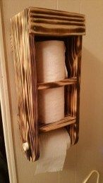 This is a vertical wood pallet toilet paper holder with shel Toilet Paper Storage, Toilet Paper Roll, Electric Toothbrush Holder, Shelving Design, Bathroom Furniture, Pallet Furniture, Cardboard Furniture, Bathroom Cabinets, Furniture Ideas