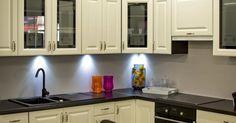 Kitchen revolution: Ergonomische Ideen Schälen, schneiden, spülen, kochen, backen – sowohl Singles als auch Familienoberhäupter kommen nicht umhin, jeden Tag die eine oder andere Stunde in der Küche zu verbringen. Häufig nimmt die Küchenarbeit sogar einen großen Teil ihrer täglichen Zeit in Anspruch. Damit alles reibungslos und ohne viel Aufwand vonstatten geht, ist neben der richtigen Ausrüstung, der entsprechenden Beleuchtung vor allem auch die durchdachte Anordnung relevant.