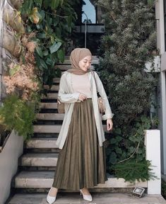 Inspirasi hijab from Hijab Style Dress, Modest Fashion Hijab, Modern Hijab Fashion, Street Hijab Fashion, Hijab Fashion Inspiration, Look Fashion, Fashion Outfits, Long Skirt Fashion, Modesty Fashion