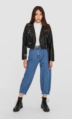 Geacă din imitație de piele simplă cu curea de la Stradivarius cu doar 139.9 RON ofertă disponibilă pentru un timp limitat. Jachete de damă mereu în tendințe. Intră acum! Dr Martens Jadon, Dr. Martens, Basic Outfits, Casual Outfits, Mom Jeans, Skinny Jeans, Normcore, Silhouettes, Fashion