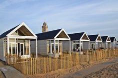Er lagen eens 6 hele mooie huisjes OP het strand. Tussen 2 fijne paviljoens in…