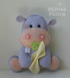 É muito amor nesses feltros! Baby Sewing Projects, Sewing For Kids, Diy Craft Projects, Felt Animal Patterns, Stuffed Animal Patterns, Felt Decorations, Handmade Decorations, Felt Crafts, Diy And Crafts