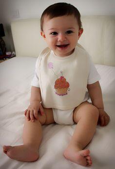 Bavaglino in cotone biologico per neonati e bambini con cupcakes