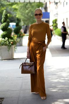 Advanced Style look walking down Madison Avenue. Mature Fashion, Fashion Over 50, Look Fashion, Style And Grace, Style Me, Style Blog, Madison Avenue, Advanced Style, Ageless Beauty