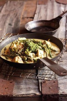 Hoenderborsies met aspersie-en-pestoroomsous South African Recipes, Ethnic Recipes, Banting Recipes, Meat Chickens, Kos, Pesto, Food For Thought, Lamb, Main Dishes