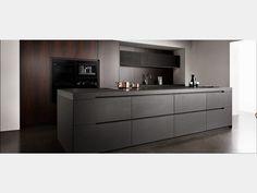 Eggersmann Unique – Küche komplett Nero Assoluto matt, Holz Eukalyptus (noble veneer)