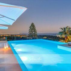 Dieses wunderbare Immobilie hat einen sehr großen Poolbereich, mit einem Pool von 95 m2, von dem aus Sie einen wundervollen Meerblick genießen können. Die Villa ist mit ausgezeichneten Materialien gebaut und mit dem neuesten an Technologie ausgestattet. Helle lichtdurchflutete Räume, modernes Innendesign, Fußbodenheizung, Klimaanlage kalt/warm, Solaranlage, Wasserfilterung, LED-Lichttechnik, Domotiksystem, Soundsystem Denon. Led, Outdoor Decor, Home Decor, Technology, Solar Installation, Luxury Villa, Air Conditioning System, Villas, Real Estates