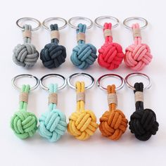 Llaveros A classic nautical knot is featured in this keyring, hand-knotted with cotton and finished with a traditional whipped cord. There are 10 hand-dyed colours to choose from. Each knot is approximately wide and includes the silver split ring. Paracord Projects, Macrame Projects, Macrame Art, Macrame Knots, Diy Keyring, Keychains, Paracord Keychain, Nautical Knots, Diy Tassel