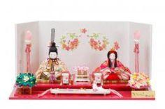 ピンクの飾り台に可愛らしい雪輪桜の刺繍屏風。 うさぎのしおりを飾って、可愛らしいお雛様。