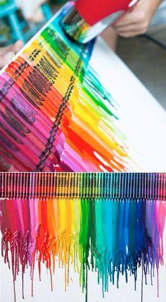 Crayons de cire fondus avec un séchoir à cheveux - trouvé sur la page facebook Mom's got ink