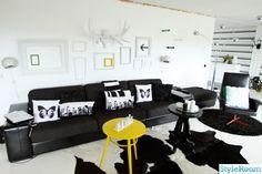 svart,vitt,tavelvägg,ramar,gult,soffa älghorn