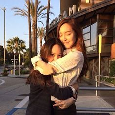 f(x) Krystal shows her support for Jessica's 'FLY' ~ Wonderful Generation